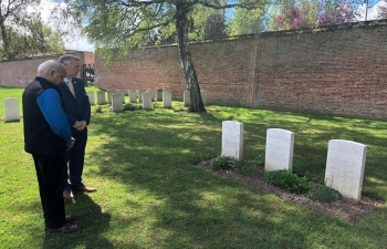 Hon'ble Minister of State for External Affairs, Shri M.J. Akbar paying respect to the fallen Indian soldiers at the Faubourg-d'Amiens Cemetery in Arras, France on 25 April.
