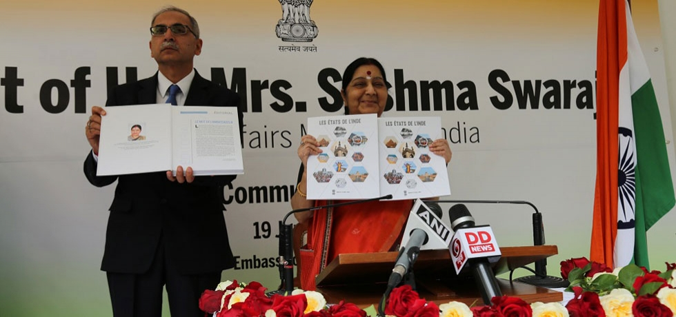 External Affairs Minister of India Smt. Sushma Swaraj launching 'Les Etats de l'Inde' publication containing the details of business climate and investment potential of various states of India.