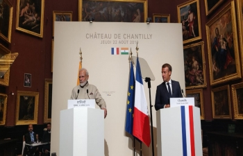 Hon'ble Prime Minister Shri Narendra Modi and French President Mr. Emmanuel Macron address the media staff who have assembled at the Chateau De Chantilly.