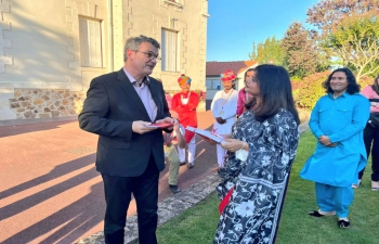 Taking Flag of India to different corners of France.  Mayor Jacques Garreau of Bouaye attended the cultural performance by Dhoadh Group in Bouaye